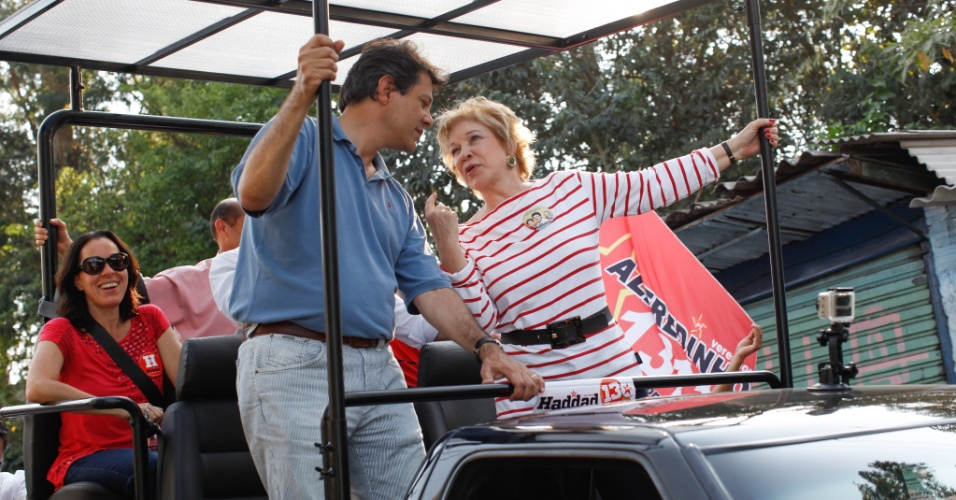 7.set.2012 - O candidato do PT a prefeito de SP, Fernando Haddad, participa de carreata com a senadora Marta Suplicy (PT), no Jardim Angela, na tarde desta sexta