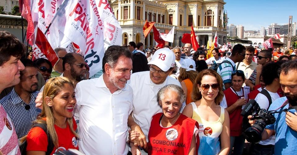 7.set.2012 - O candidato do PT à Prefeitura de Belo Horizonte, Patrus Ananias, fez campanha durante a Marcha dos Excluídos na praça da Estação, região central da cidade