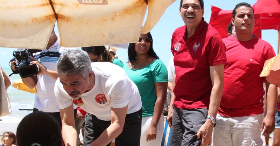 7.set.2012 - O candidato do PT à Prefeitura do Recife, Humberto Costa, fez panfletagem na praia de Boa Viagem, nesta sexta, junto com seu vice, João Paulo