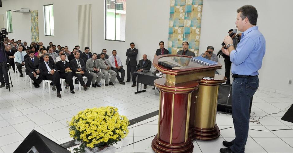 6.set.2012 - O candidato a prefeito de Cuiabá pelo PSB, Mauro Mendes, discursa durante culto em igreja da Assembleia de Deus de Madureira, da qual recebeu apoio nesta quinta-feira