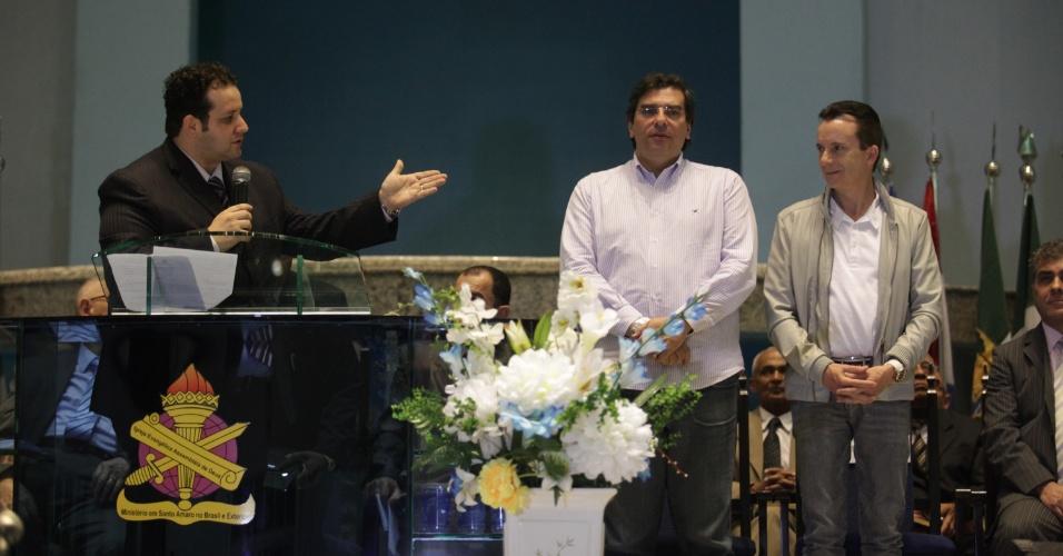 7.set.2012 - O candidato à Prefeitura de São Paulo pelo PRB, Celso Russomanno (à dir.), participa de culto em unidade da Assembleia de Deus em Santo Amaro, zona sul