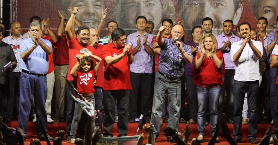 7.set.2012 - O ministro Pepe Vargas (Desenvolvimento Agrário) discursa durante comício do candidato à Prefeitura de Fortaleza pelo PT, Elmano de Freitas (camisa clara). A atual prefeita, Luizianne Lins (PT), participou do evento