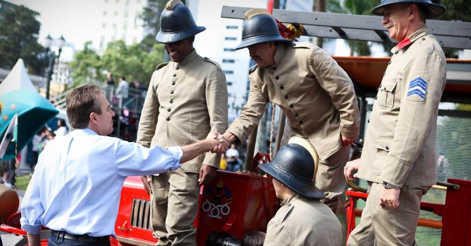 7.set.2012 - O prefeito de Curitiba, Luciano Ducci (PSB), candidato à reeleição, cumprimenta bombeiros que participaram do desfile de 7 de Setembro