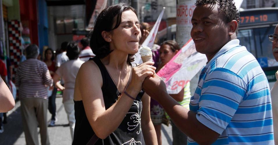 8.set.2012 - A candidata do PPS à Prefeitura de São Paulo, Soninha Francine, tomou sorvete enquanto fazia campanha na tarde deste sábado no bairro do Ipiranga, zona sul da capital paulista