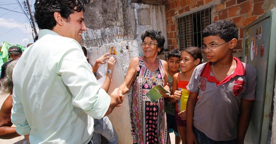 8.set.2012 - Daniel Coelho, candidato a prefeito do Recife pelo PSDB, cumprimenta eleitores durante campanha pelas comunidades de Sítio Grande e Dancing Days, na Imbiribeira, zona sul do Recife