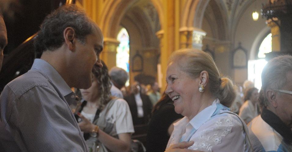 8.set.2012 - Gustavo Fruet (PDT) saúda eleitora na Catedral Metropolitana, no centro da cidade,onde acompanhou a missa de celebração ao dia da Padroeira de Curitiba, Nossa Senhora da Luz dos Pinhais