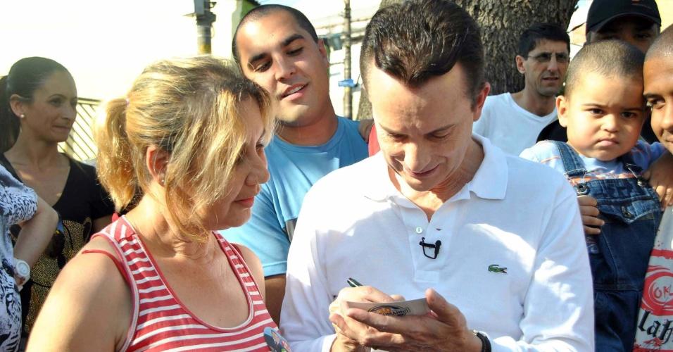 8.set.2012 - O candidato do PRB à Prefeitura de São Paulo, Celso Russomanno, conversou com eleitores da zona leste, onde fez carreata até do shopping Penha até a Ponte Rasa