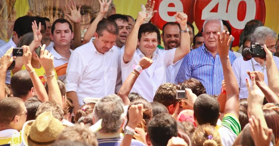 8.set.2012 - O candidato do PSB à Prefeitura de Recife, Geraldo Julio (com braços levantados) fez campanha acompanhado do governador de Pernambuco Eduardo Campos (PSB) (de cabeça abaixada) e do senador Jarbas Vasconcelos (PMDB) (de azul) no bairro Casa Amarela, em Recife. A presença do senador, considerado anti-Lula, é estratégica por ser ferrenho crítico do PT