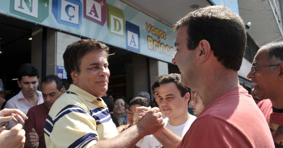 8.set.2012 - O candidato do PSOL à Prefeitura do Rio de Janeiro, Marcelo Freixo, cumprimenta  o deputado estadual Wagner Montes (PSD) durante caminhada pelo bairro de Madureira, na zona norte da capital fluminense