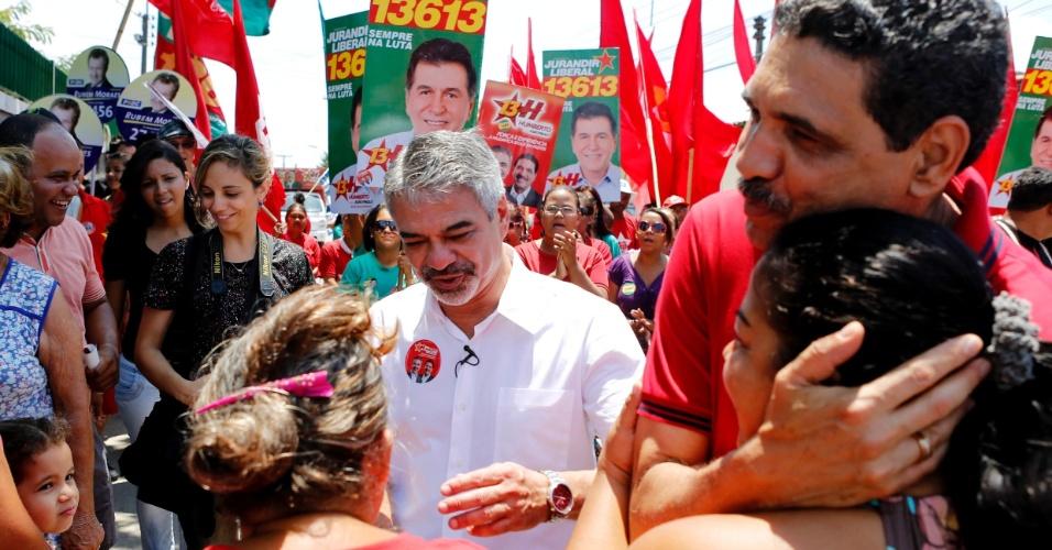 8.set.2012 - O candidato do PT à Prefeitura do Recife, Humberto Costa (de branco) e seu vice João Paulo (de vermelho), fizeram campanha no bairro de Areias, na manhã deste sábado