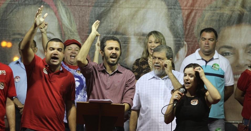 8.set.2012 - O petista Elmano de Freitas (centro) participa de comício com a secretária Nacional da Juventude, Severine Macedo