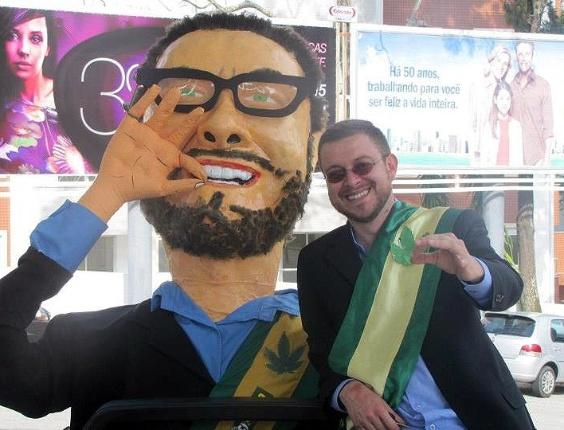 "O candidato a vereador de Florianópolis Lucas de Oliveira (PSDB), conhecido como ""candidato da maconha"", usa bonecos durante ato de campanha"