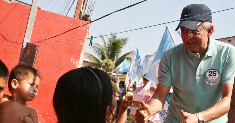 9.set.2012 - O candidato do DEM à Prefeitura de Manaus, Pauderney Avelino, realiza panfletagem na feira do Zumbi