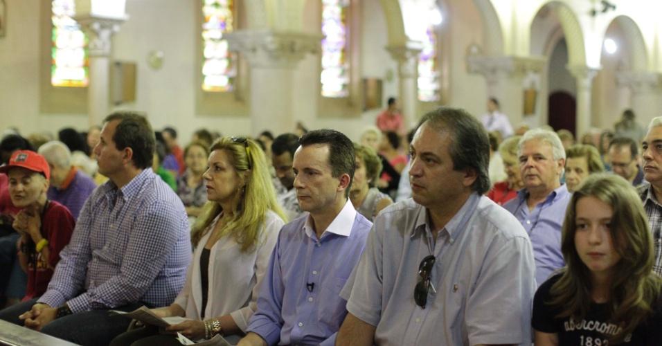 9.set.2012 - O candidato do PRB à Prefeitura de São Paulo, Celso Russomanno (centro), assiste à missa na paróquia Assunção de Nossa Senhora, zona sul da capital. Seu partido é ligado à Igreja Universal do Reino de Deus, e tem usado um de seus templos como comitê informal