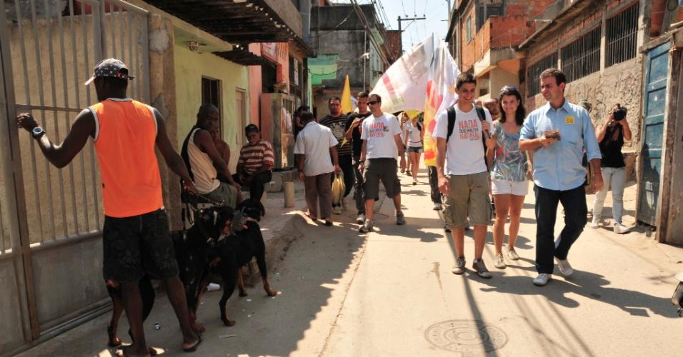 9.set.2012 - O candidato do PSOL à Prefeitura do Rio, Marcelo Freixo (de camisa azul), faz caminhada no Complexo do Alemão, na zona norte da cidade
