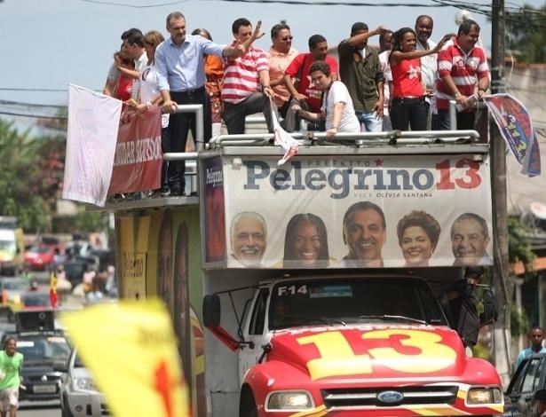 9.set.2012 - O candidato do PT à Prefeitura de Salvador, Nelson Pelegrino (no topo de azul), participa de carreata pelo bairro de Cajazeiras