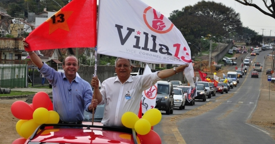 9.set.2012 - O candidato do PT à Prefeitura de Porto Alegre, Adão Villaverde (à esq.), faz carreata que teve saída do largo Zumbi dos Palmare