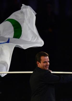 O prefeito do Rio de Janeiro, Eduardo Paes (PMDB), candidato à reeleição, carrega a bandeira dos Jogos Paraolímpicos durante a cerimônia de encerramento do evento em Londres