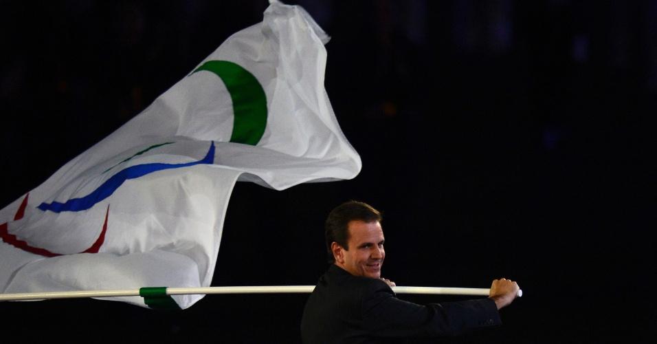 9.set.2012 - O prefeito do Rio de Janeiro, Eduardo Paes (PMDB), candidato à reeleição, carrega a bandeira dos Jogos Paraolímpicos durante a cerimônia de encerramento do evento em Londres