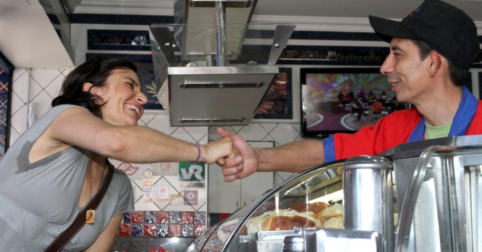 10.set.2012 - A candidata do PPS à Prefeitura de São Paulo, Soninha Francine, cumprimenta eleitor durante caminhada pelo comércio no Ipiranga, na região sul da capital paulista, nesta segunda