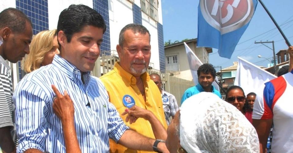 10.set.2012 - ACM Neto, candidato do DEM à Prefeitura de Salvador, conversa com eleitora durante caminhada pelo bairro Palestina