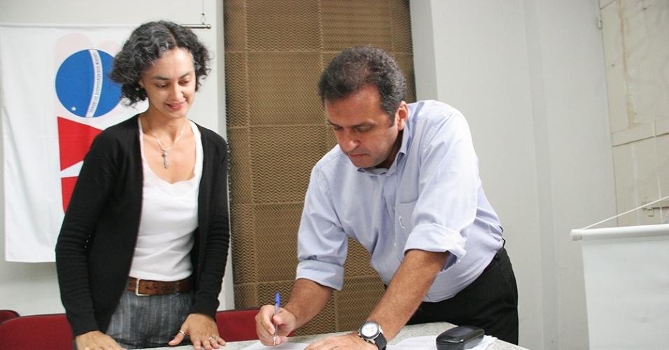 10.set.2012 - Carlos Eduardo, candidato do PDT à Prefeitura de Natal, se reuniu com integrantes de entidades que atuam na defesa das mulheres na sede da OAB-RN. Ele assinou um termo de compromisso no qual se compromete a implementar ações de combate à violência contra a mulher