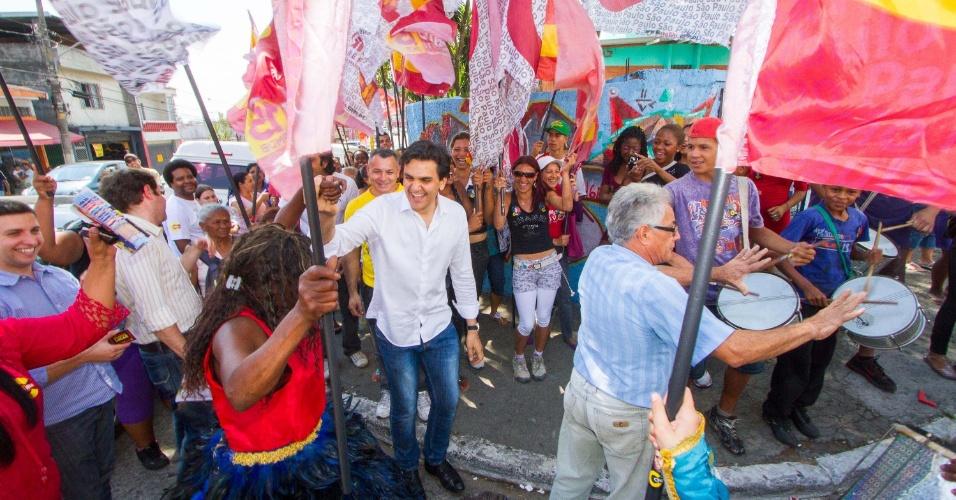 10.set.2012 - O candidato à Prefeitura de São Paulo pelo PMDB, Gabriel Chalita, sambou com o Bloco Amazonense da Ponte Rasa, durante campanha na zona leste da cidade, nesta segunda-feira