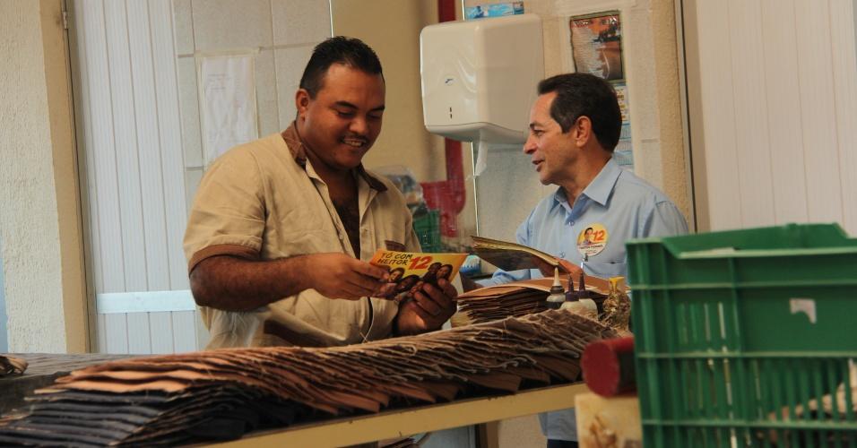 10.set.2012 - O candidato do PDT à Prefeitura de Fortaleza, Heitor Férrer (à dir), visitou nesta segunda-feira uma fábrica de calçados no bairro Parquelândia, zona norte da capital cearense