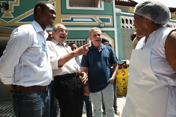 10.set.2012 - O candidato do PMDB à Prefeitura de Salvador, Mario Kertész, conversa com eleitores durante caminhada pelo bairro Candeal Pequeno