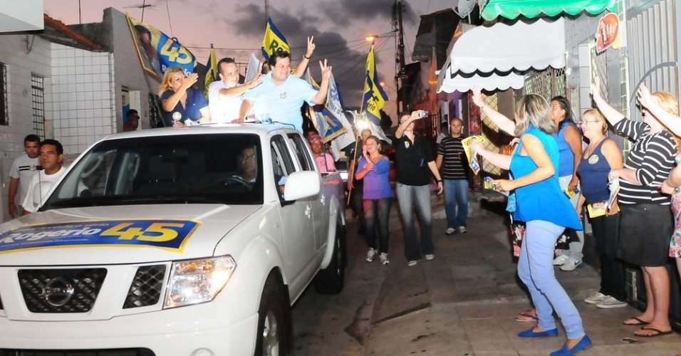 10.set.2012 - O candidato do PSDB à Prefeitura de Natal, Rogério Marinho, fez campanha nas ruas do bairro das Quintas, nesta segunda