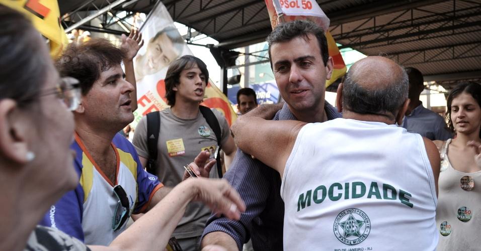10.set.2012 - O candidato do PSOL à Prefeitura do Rio de Janeiro, Marcelo Freixo, conversa com jovens em Bangú, na zona oeste da cidade