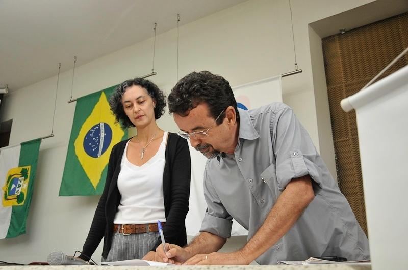 10.set.2012 - O candidato do PT à Prefeitura de Natal, Fernando Mineiro, assinou nesta segunda-feira um termo de compromisso no qual se compromete a implementar ações solicitadas por entidades que atuam na defesa das mulheres na sede da OAB-RN