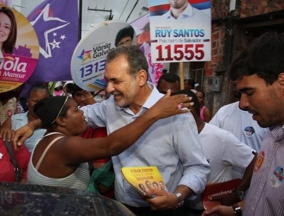 10.set.2012 - O candidato do PT à Prefeitura de Salvador, Nelson Pelegrino, fez caminhada no bairro do Arenoso, onde prometeu reformar praças se eleito
