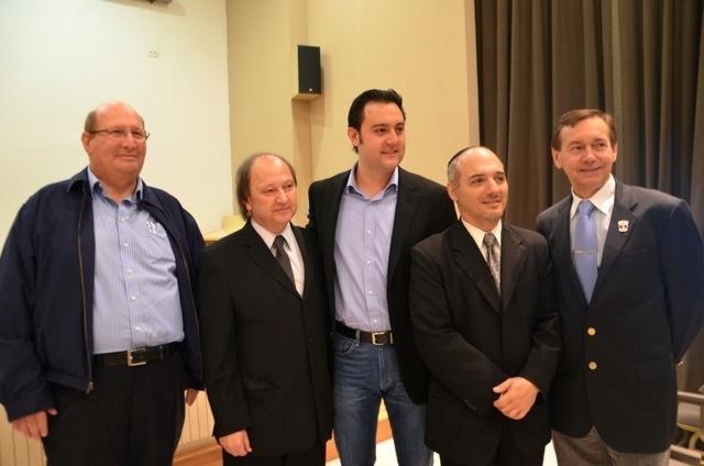 10.set.2012 - Ratinho Junior (centro), candidato pelo PSC à Prefeitura de Curitiba, apresentou suas propostas nesta segunda-feira a integrantes do Centro Israelita do Paraná