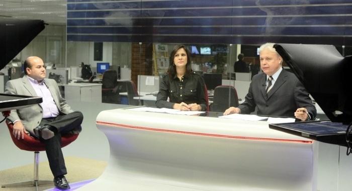 """10.set.2012 - Roberto Cláudio (à esq.), candidato do PSB à Prefeitura de Fortaleza, foi entrevistado na manhã desta segunda-feira na emissora de TV """"Verde Mares"""""""