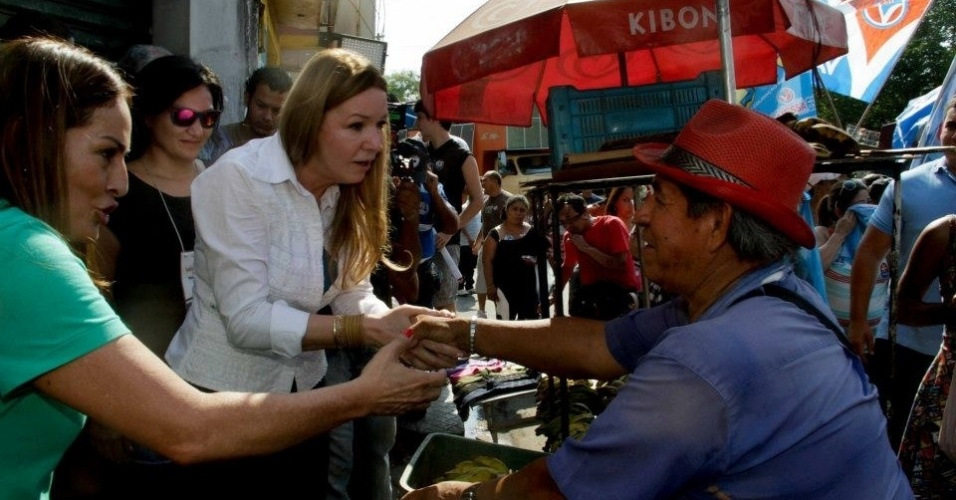 9.set.2012 - A candidata do PC do B à Prefeitura de Manaus, Vanessa Grazziotin (de branco), cumprimenta eleitor durante caminhada pelo bairro Compensa, na zona oeste da capital amazonense