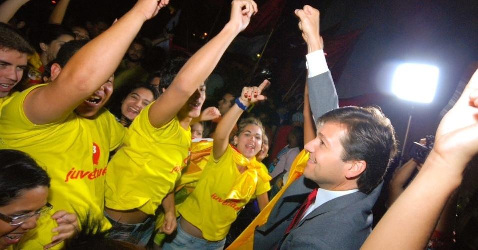 9.set.2012 - O candidato do PSB à Prefeitura do Recife, Geraldo Julio, cumprimenta militantes do seu partido na chegada ao debate Folha/Rede TV!, realizado na noite deste domingo