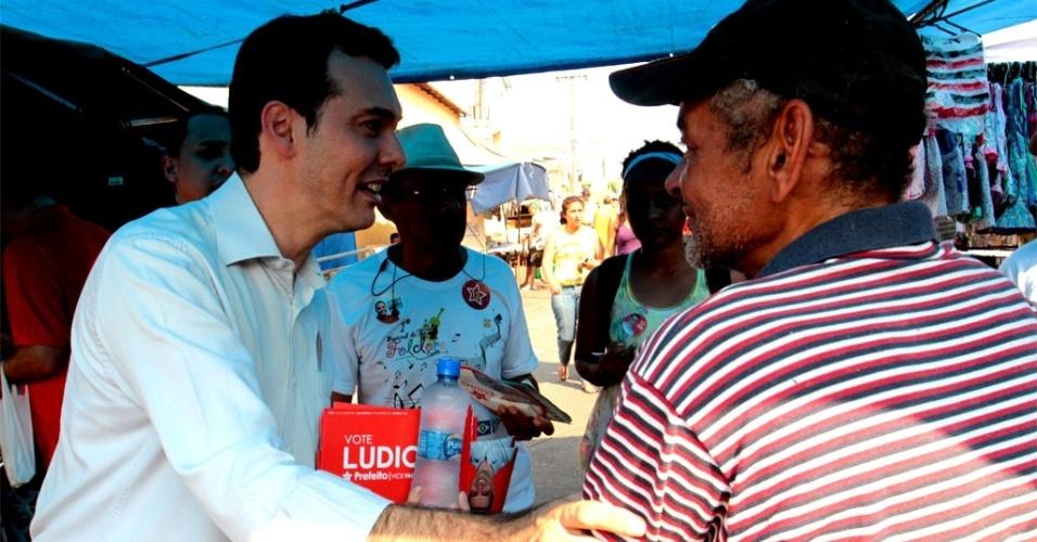 9.set.2012 - O candidato do PT à Prefeitura de Cuiabá, Lúdio Cabral (de camisa branca), fez campanha na feira do bairro Pedregal. Lúdio distribuiu seu material de campanha e conversou sobre segurança com os eleitores