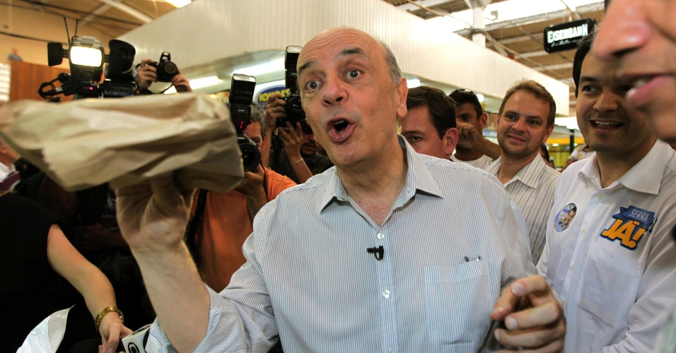 11.ago.2012 - O candidato a prefeito de São Paulo José Serra (PSDB) visitou o Mercado Municipal de Santo Amaro nesta terça-feira