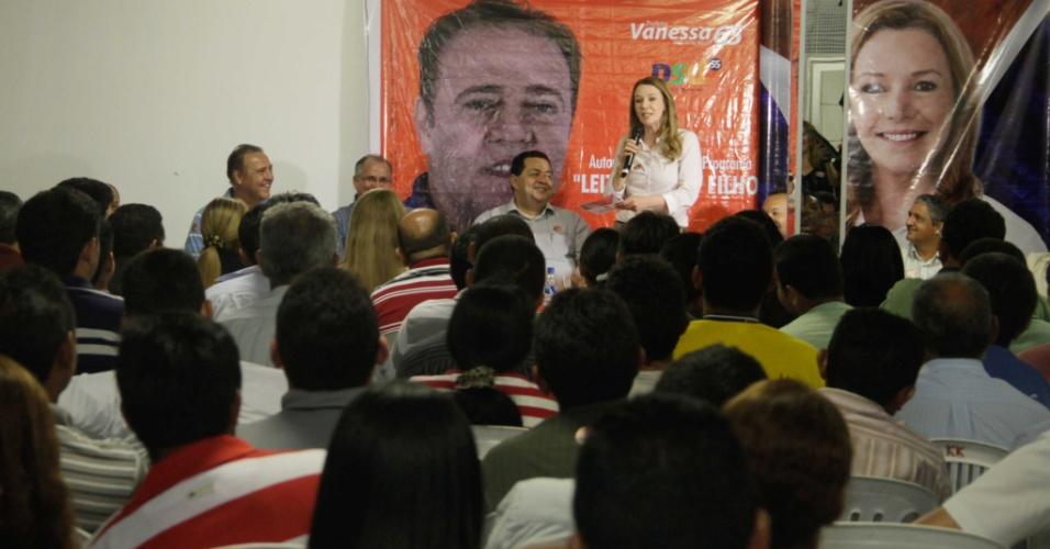 11.set.2012 - A candidata do PC do B à Prefeitura de Manaus, Vanessa Grazziotin (de branco, ao fundo), se reuniu com pastores da Assembleia de Deus na noite desta segunda (10), na avenida da Penetração, no bairro Galileia