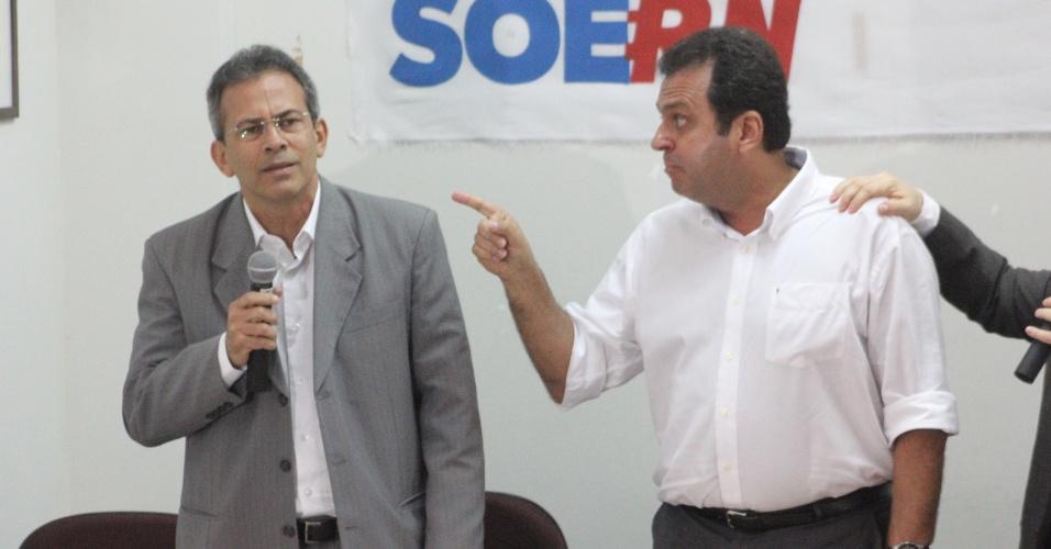 11.set.2012 - O candidato à Prefeitura de Natal, Carlos Eduardo (à dir.), do PDT, se exalta durante debate com Hermano Morais (à esq.), do PMDB, e é contido pelo medidador