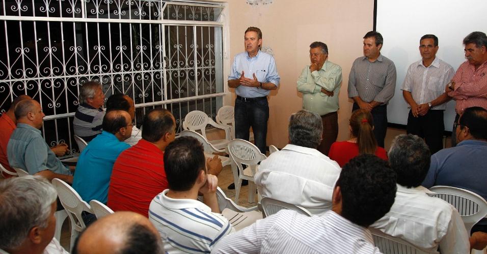 11.set.2012 - O candidato à reeleição em Curitiba pelo PSB, Luciano Ducci, se reuniu com empresários e lideranças sociais do bairro do Pinheirinho, na região sul da capital paranaense