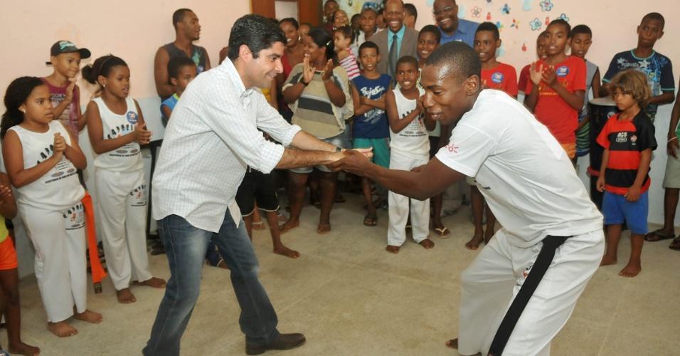 11.set.2012 - O candidato do DEM a prefeito de Salvador, ACM Neto, assistiu a apresentação de capoeira durante campanha na região da Cidade Baixa