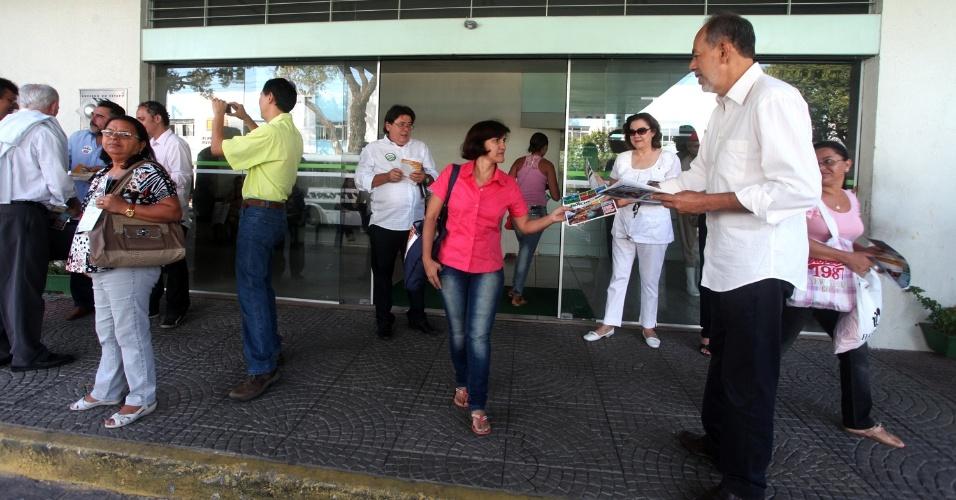 11.set.2012 - O candidato do PC do B à Prefeitura de Fortaleza, Inácio Arruda (à dir.) participa de panfletagem em frente ao hospital geral César Cals, no centro da cidade