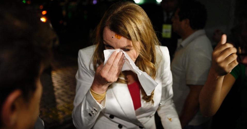 11.set.2012 - O carro da candidata do PC do B à Prefeitura de Manaus, Vanessa Grazziotin, foi recebido a ovadas na chegada para o debate da TV Em Tempo, na noite desta terça. Os ovos respingaram nos cabelos, na roupa e no rosto da senadora