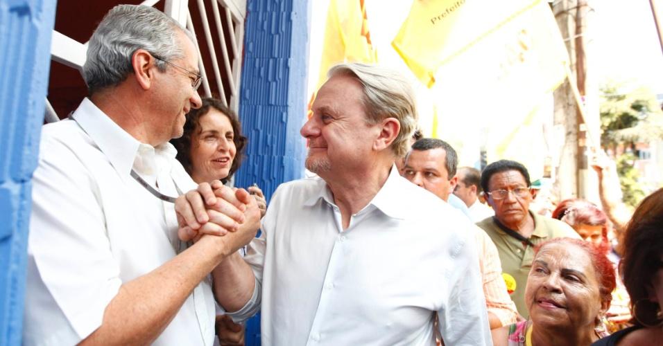 11.set.2012 - O prefeito de Belo Horizonte e candidato à reeleição pelo PSB, Marcio Lacerda, cumprimenta eleitor durante caminhada pelo bairro Floresta, na zona leste da capital mineira