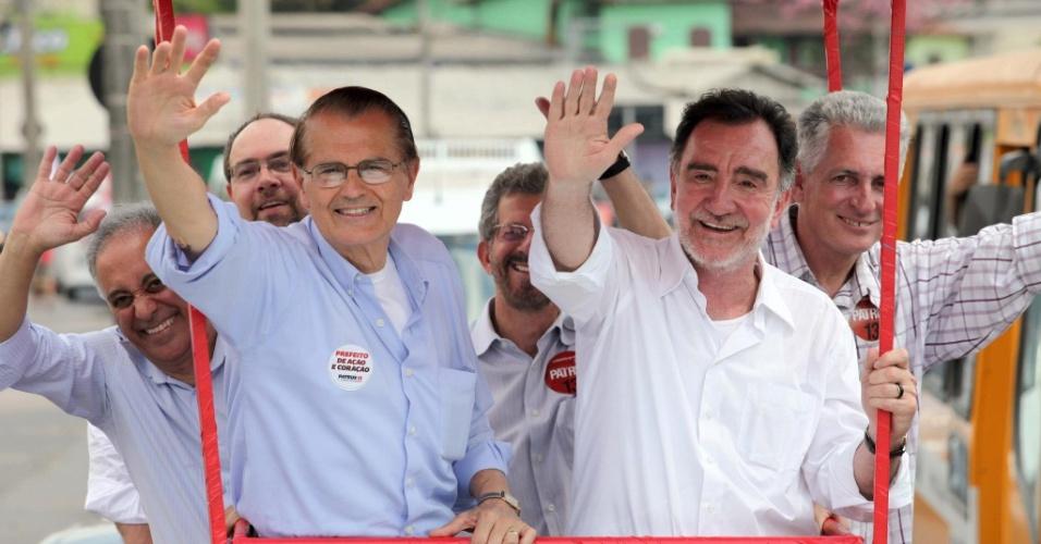 11.set.2012 - Patrus Ananias (à dir.), candidato do PT à Prefeitura de Belo Horizonte, fez carreata nesta terça-feira por bairros da região noroeste da capital mineira