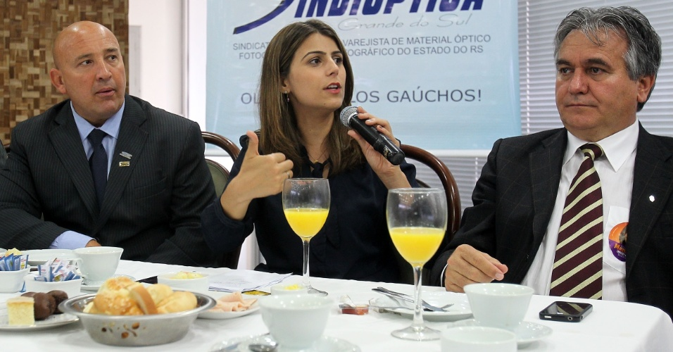 12.set.2012 - A candidata do PC do B à Prefeitura de Porto Alegre, Manuela D'Ávila, participa de um café da manhã com representantes da Sindóptica, na capital gaúcha. Ela ocupa a segunda posição nas pesquisas, com a preferência de 30% do eleitorado, contra 40% de seu rival José Fortunati (PDT)