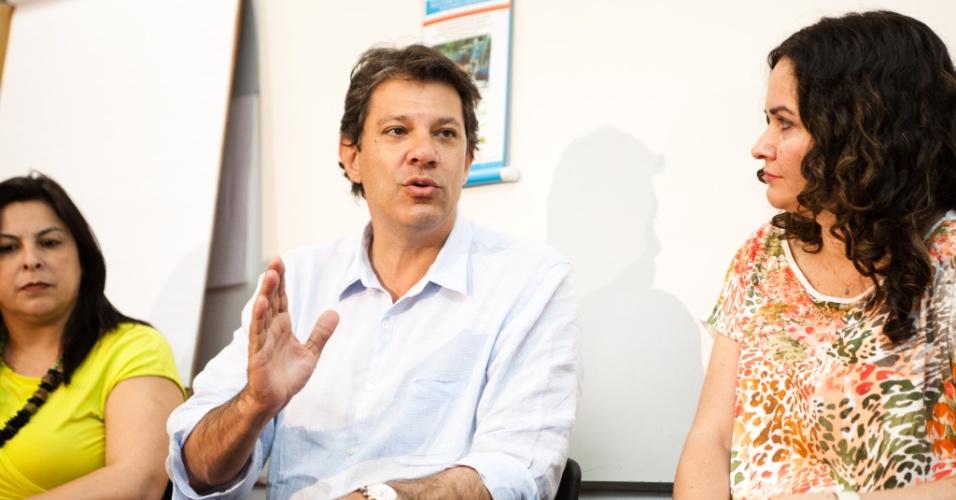 12.set.2012 - Fernando Haddad, candidato do PT à Prefeitura de São Paulo, visitou nesta quarta-feira a Fundação Projeto Travessia, no centro da cidade. No local, Haddad afirmou que a rejeição de José Serra o impedirá de sair nas ruas de São Paulo