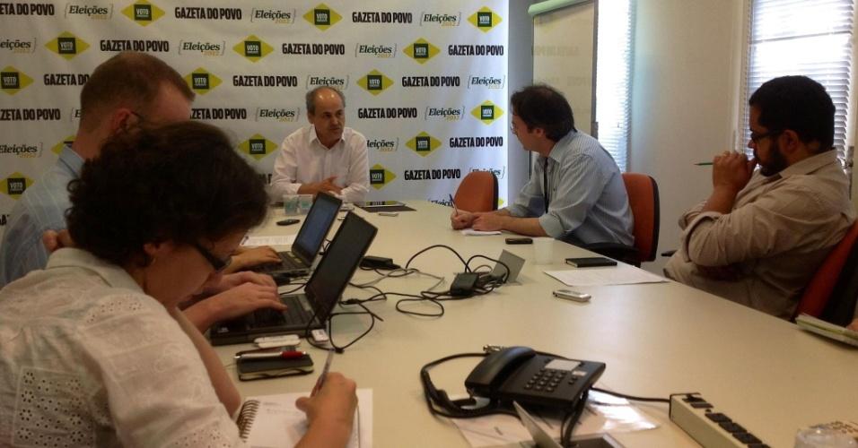 12.set.2012 - O candidato do PDT à Prefeitura de Curitiba, Gustavo Fruet (centro), participa de sabatina no jornal